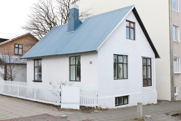 Cosy cottage in downtown Reykjavik - Рейкьявик - Дом