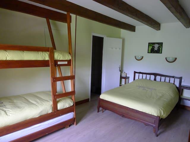 Chambre verte avec lit double 140 cm x 190 cm