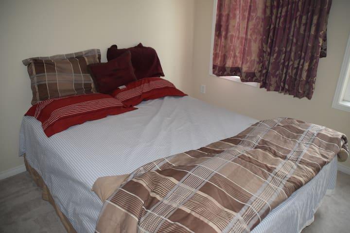Clean bedroom in a Cozy Home - Ajax - Leilighet