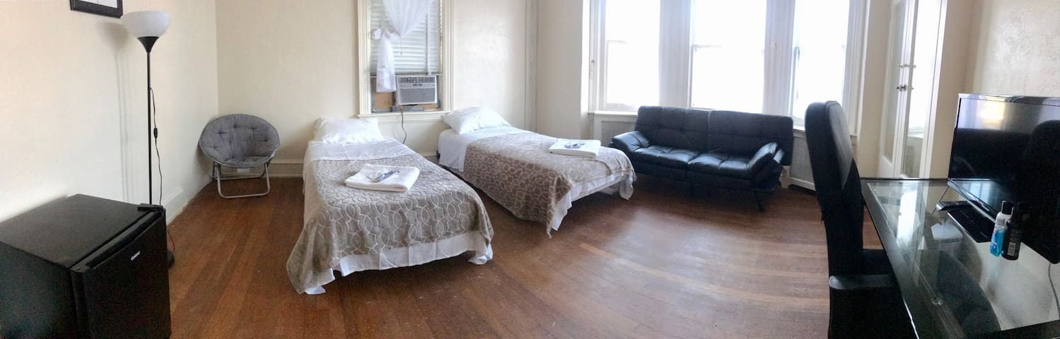 PRIVATE ROOM IN THE HEART OF PHILLY  SLEEPS 4  2A