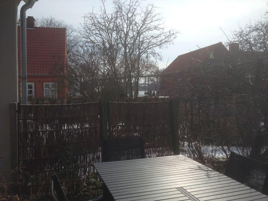 Havebord lige uden for vores terassedør med udsigt ud over sundet.