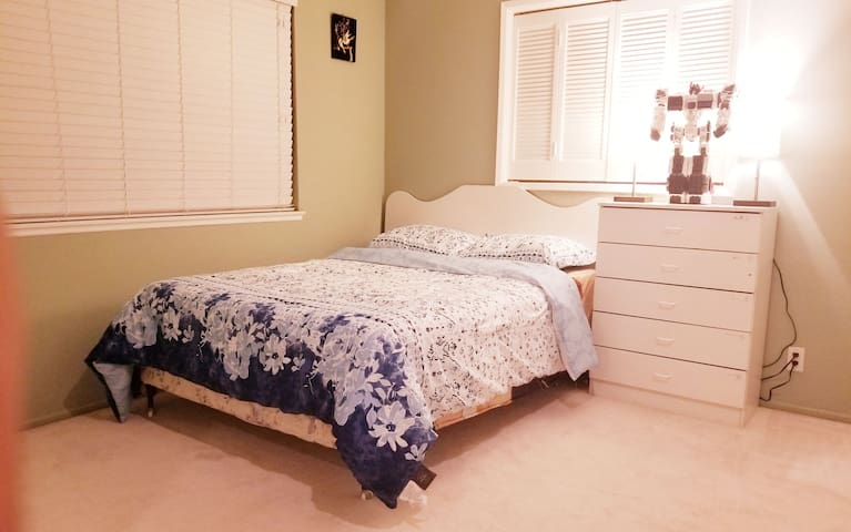 Beautiful room&Queen size bed in single house
