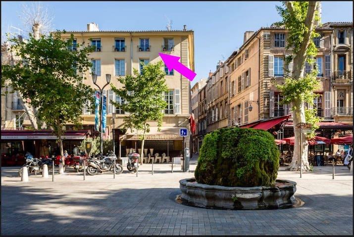 Vue depuis le cours Mirabeau; 3ème étage, les  2 fenêtres de droite - View from the Cours Mirabeau; 3rd floor, 2 right windows.