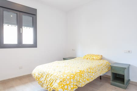 Quite and brightly single room. - Sa Pobla