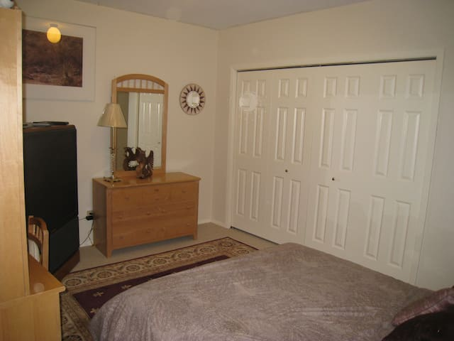 Big room-with private bath and deck - Portland - House