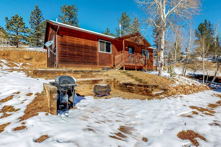 Rustic cabin with free WiFi and woodstove, wildlife viewing
