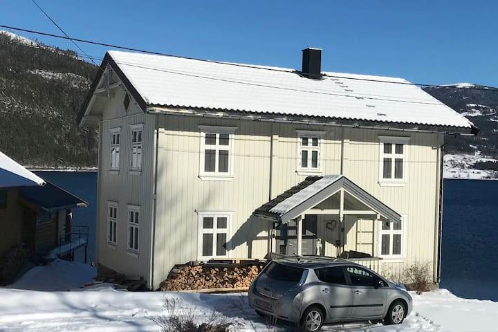 Flott hus rett ved Tinnsjøen m/ fiskerett og båt.