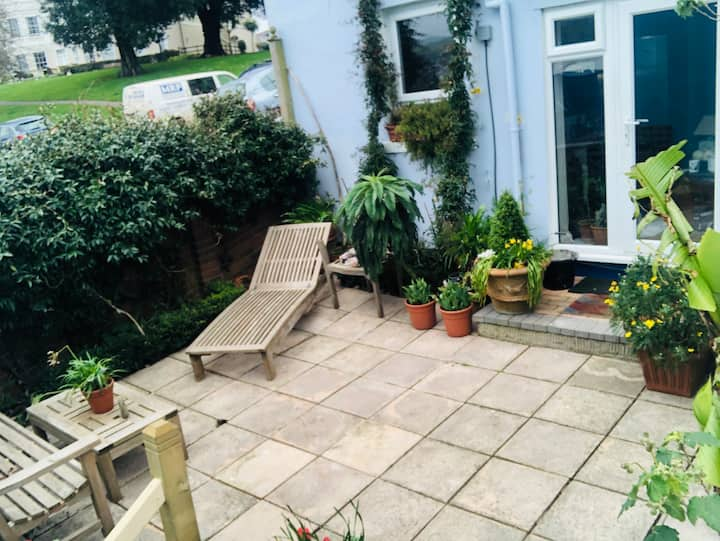 Cosy flat with sunny patio 10 mins walk to beach