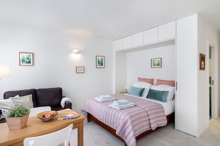 Sunny studio close to shopping and restaurants