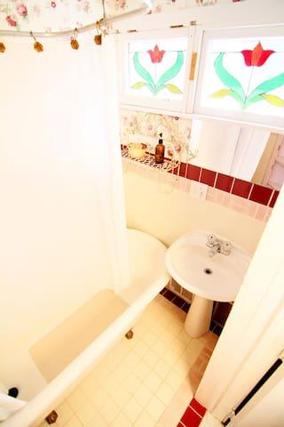 Delaware room - bathroom with tub