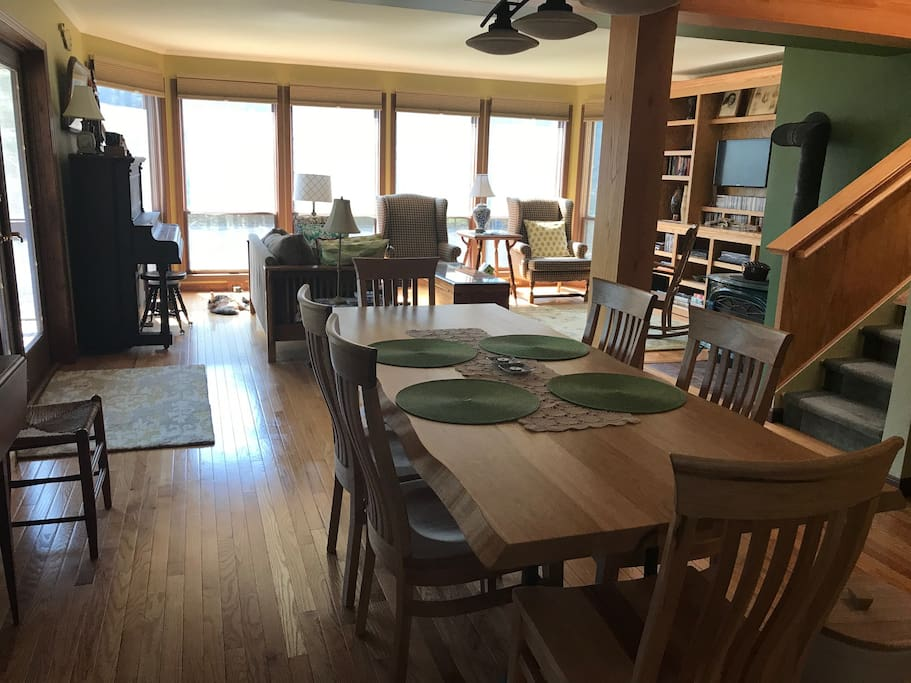Dining room and living room - flat screen cable TV with internet access