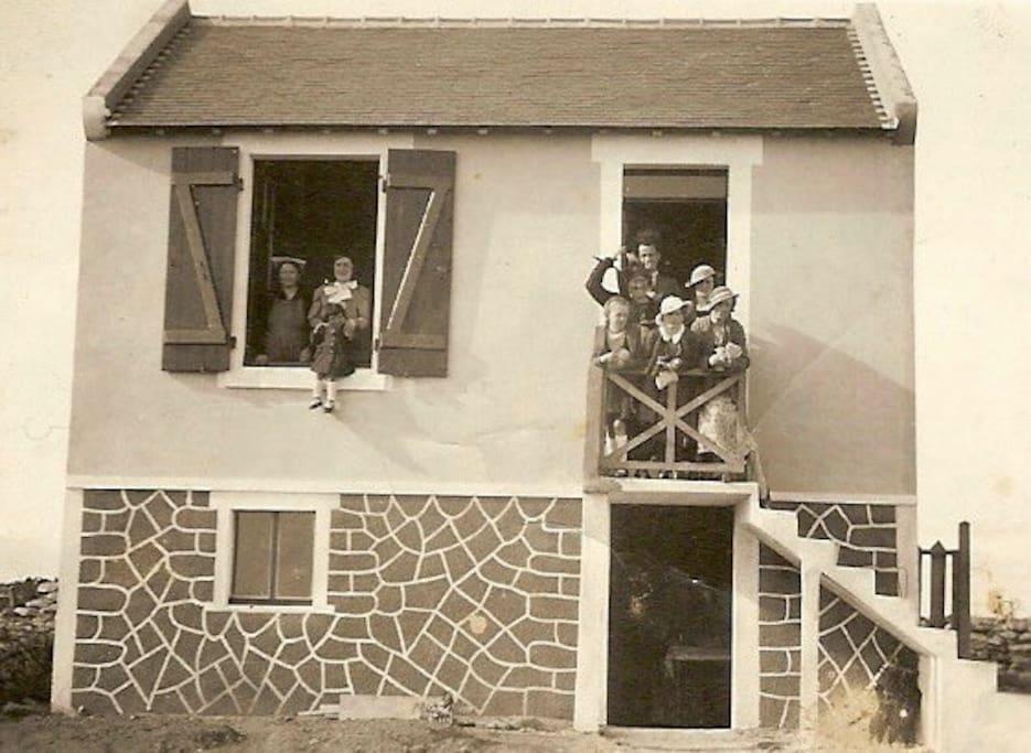 La maison, au début des années 30 ... à gauche, mon arrière grand-mère (et sa coiffure d'Auray), ma grand-mère, ma tante ...