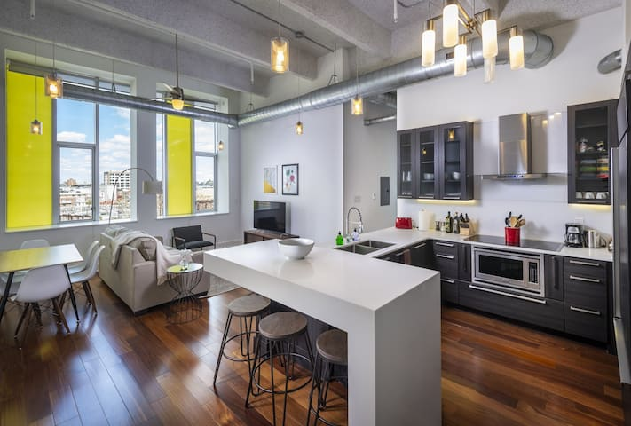 Sleek Downtown 2BD/2BA - Walk to Convention Center