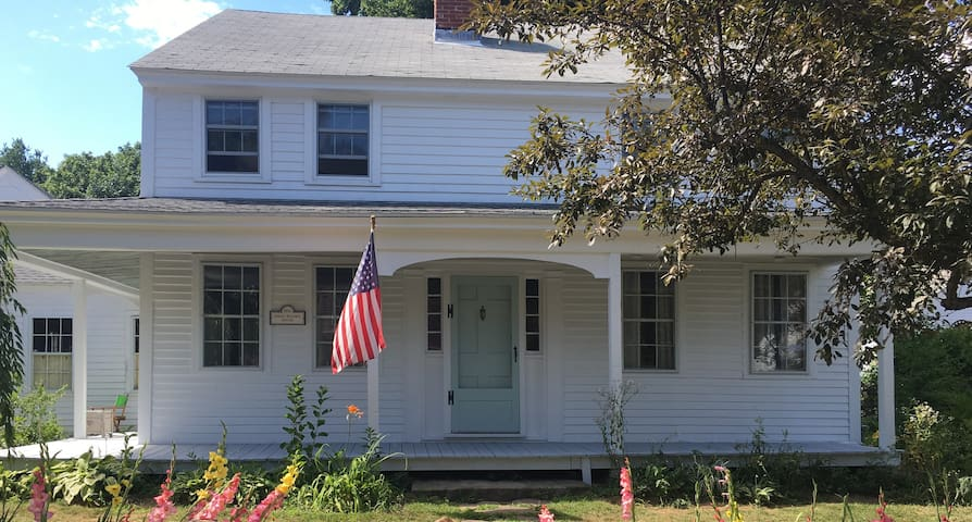 Antique Colonial in Historic Westminster Center - Westminster - Hus