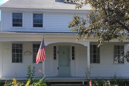 Antique Colonial in Historic Westminster Center - Westminster - Talo