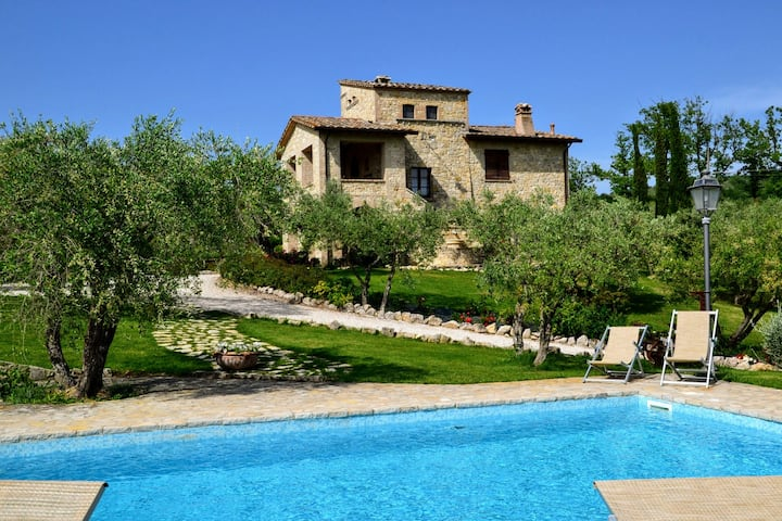 Beautiful farm house with private pool and AC