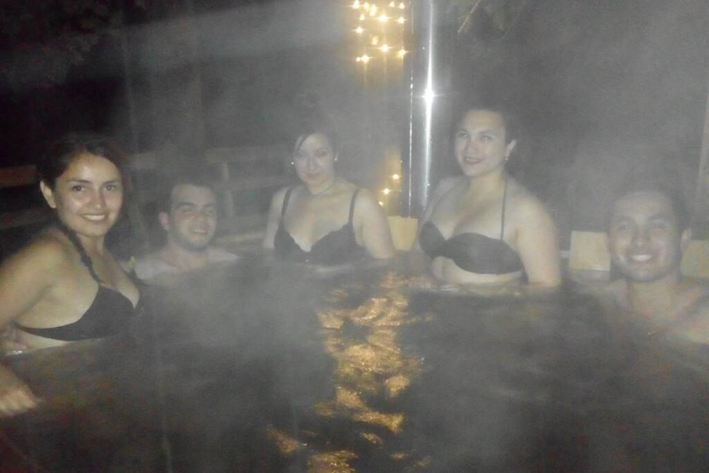 De noche o día, disfruto del agua a 38° de temperatura por $10.000 por hora.