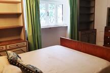 Seconda camera matrimoniale pronta per gli ospiti. Ogni nostro letto è dotato di finiture alberghiere per quanto riguarda: coprimaterasso, lenzuola, federe, cuscini e trapunte copriletto. Coccolatevi con finiture alberghiere!