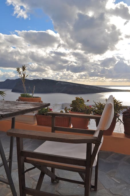 Upper deck:  perfect spot for dinner under the star-studded sky with caldera below.