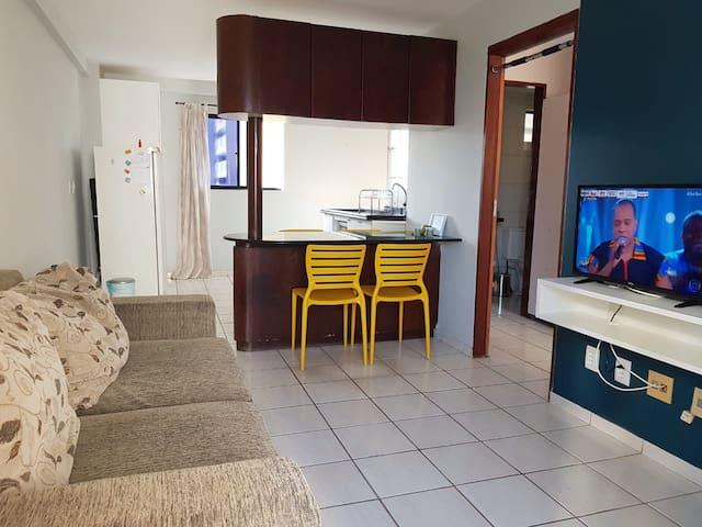 Sala e cozinha integradas: ambiente de TV + jantar + cozinha