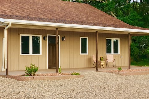 Farmer's Field Cottage: Cozy Stay off I94