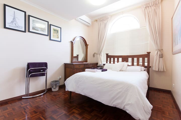 db room Mt Claremont shared bathrm - Mount Claremont - Bed & Breakfast