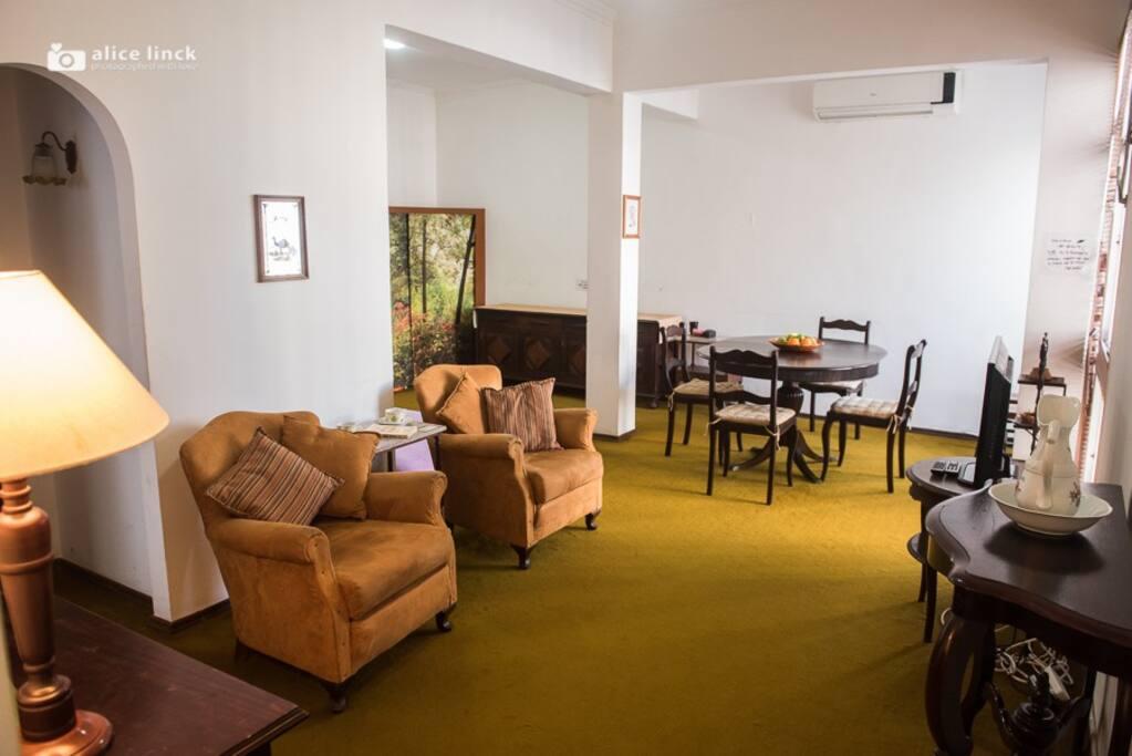 Sala vista da entrada. Living room. Ar condicionado e ventilador de teto. Air conditioner and ceiling fan.