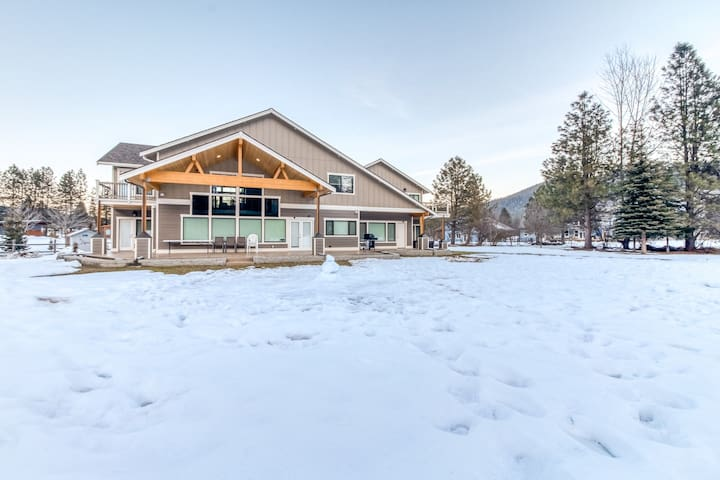NEW LISTING! Luxury home w/ private hot tub, mountain views  - close to downtown