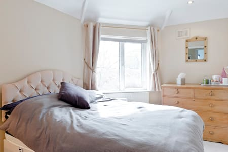 Double room in lovely home. - Esher