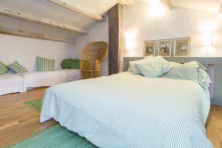 Appartement dans maison authentique - Ferrassières - Haus