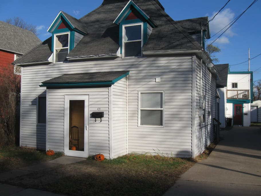 Upfront house upstairs bedroom 2 houses for rent in for 7 bedroom house for rent in michigan