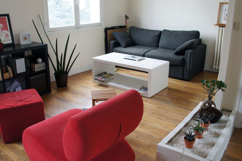 Côté salon. Canapé-lit deux places ouverture d'un seul tenant. Pas de coussins à déplacer!