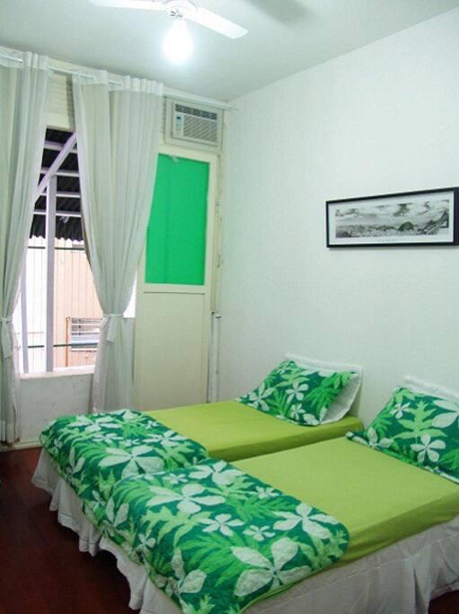 Novo! O quarto com uma cama de casal e uma de solteiro.