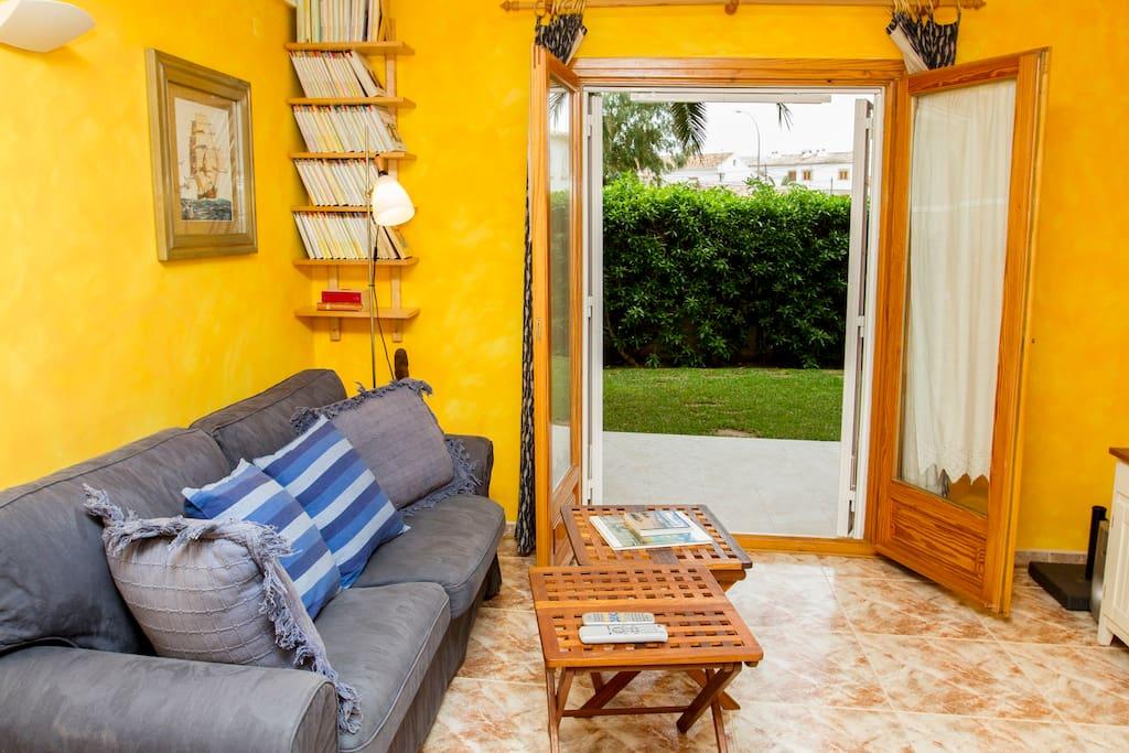 Salón con salida directa a terraza y jardín