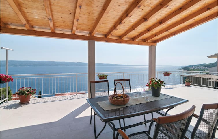 Holiday apartment with 1 bedroom on 55m² in Omis