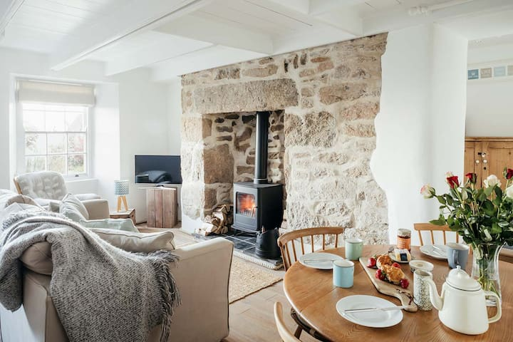 2 BR Character Cottage in Newlyn with Sea Views