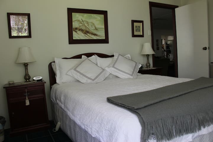 Forest Room, Whispering Pines Bed & Breakfast - Collie