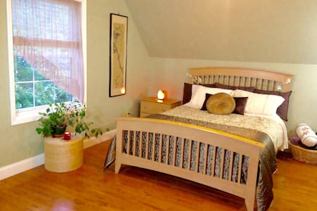 lovely/central/pet sitting/lic. massages available - Asheville