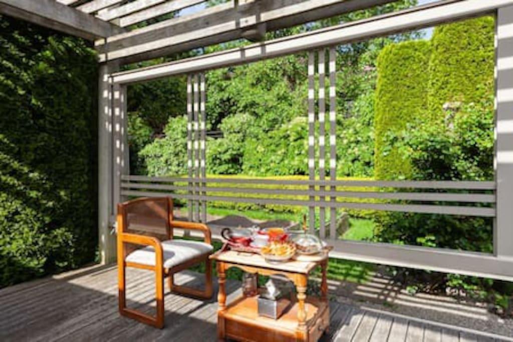 餐厅可以用早餐,后花园也可以,不过要小心蜂鸟来抢食。