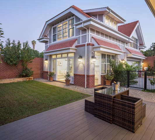 Gables on the Park - Luxury Retreat in Mt Lawley