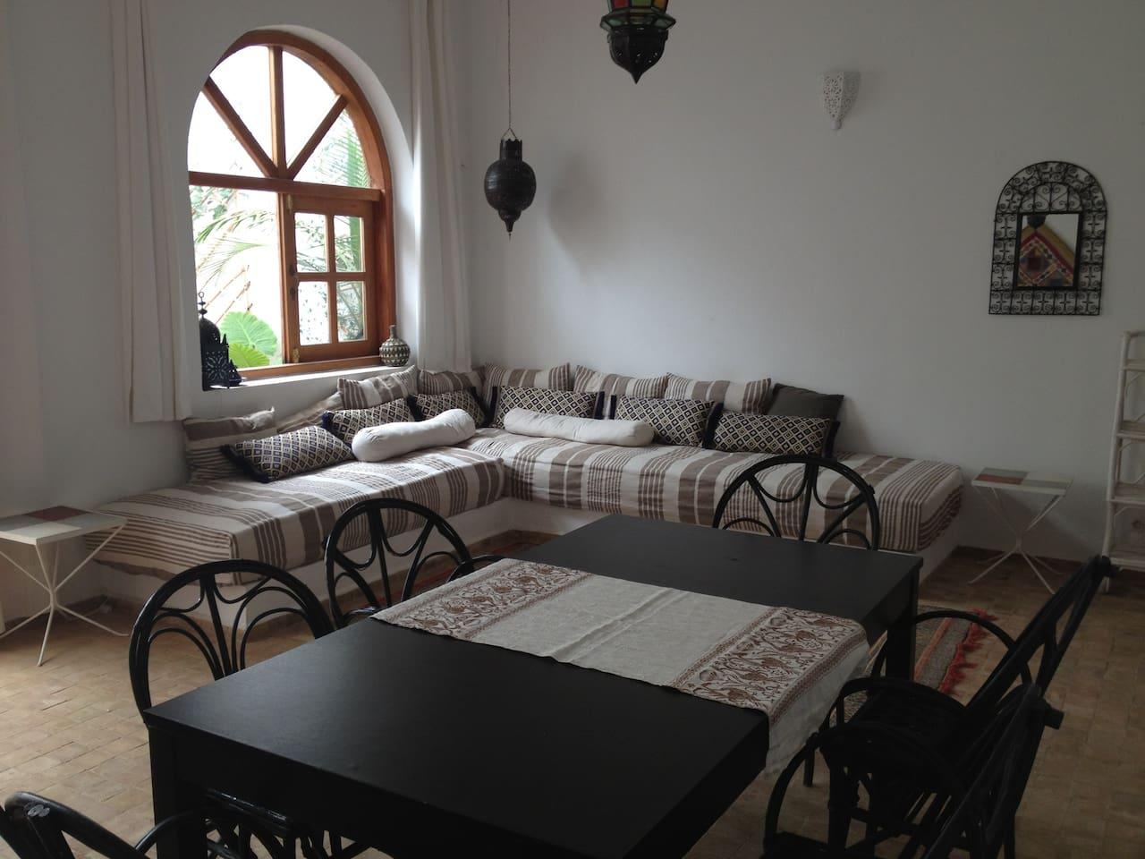 Salón comedor con ventana y puerta de salida a patio interior