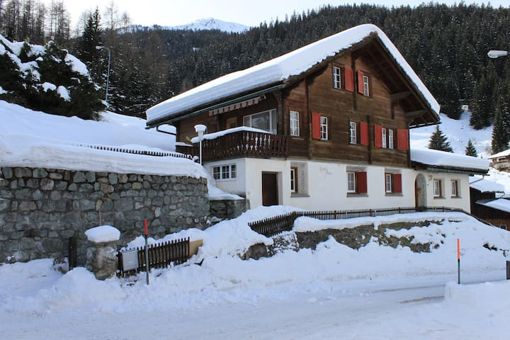 Swiss Chalet in center of Klosters - Klosters - Dom
