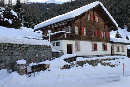 Swiss Chalet in center of Klosters - Casa