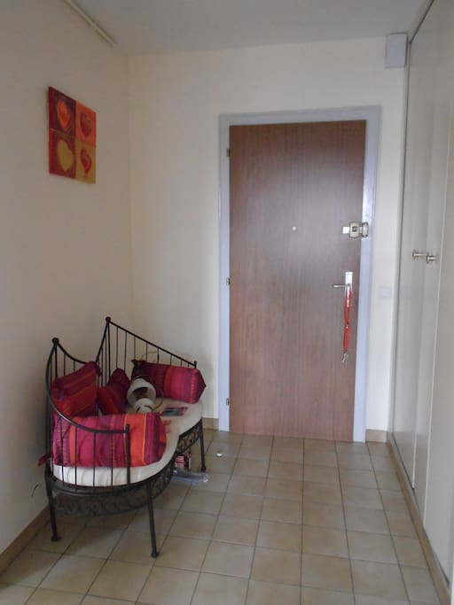 Voilà l'entrée, un petit banc pour se poser et le placard pour déposer les vêtements, sacs, chaussures... ...