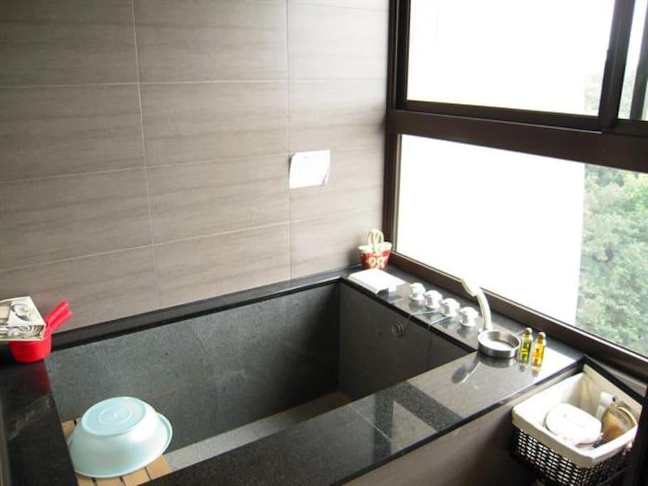 室內溫泉雙人大浴缸,曰式風格。內有坐位設計。