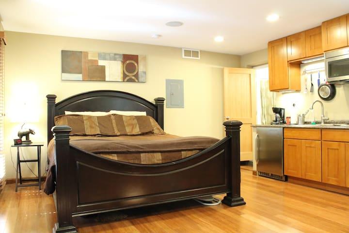 Heart of Phinney Studio - King Bed!