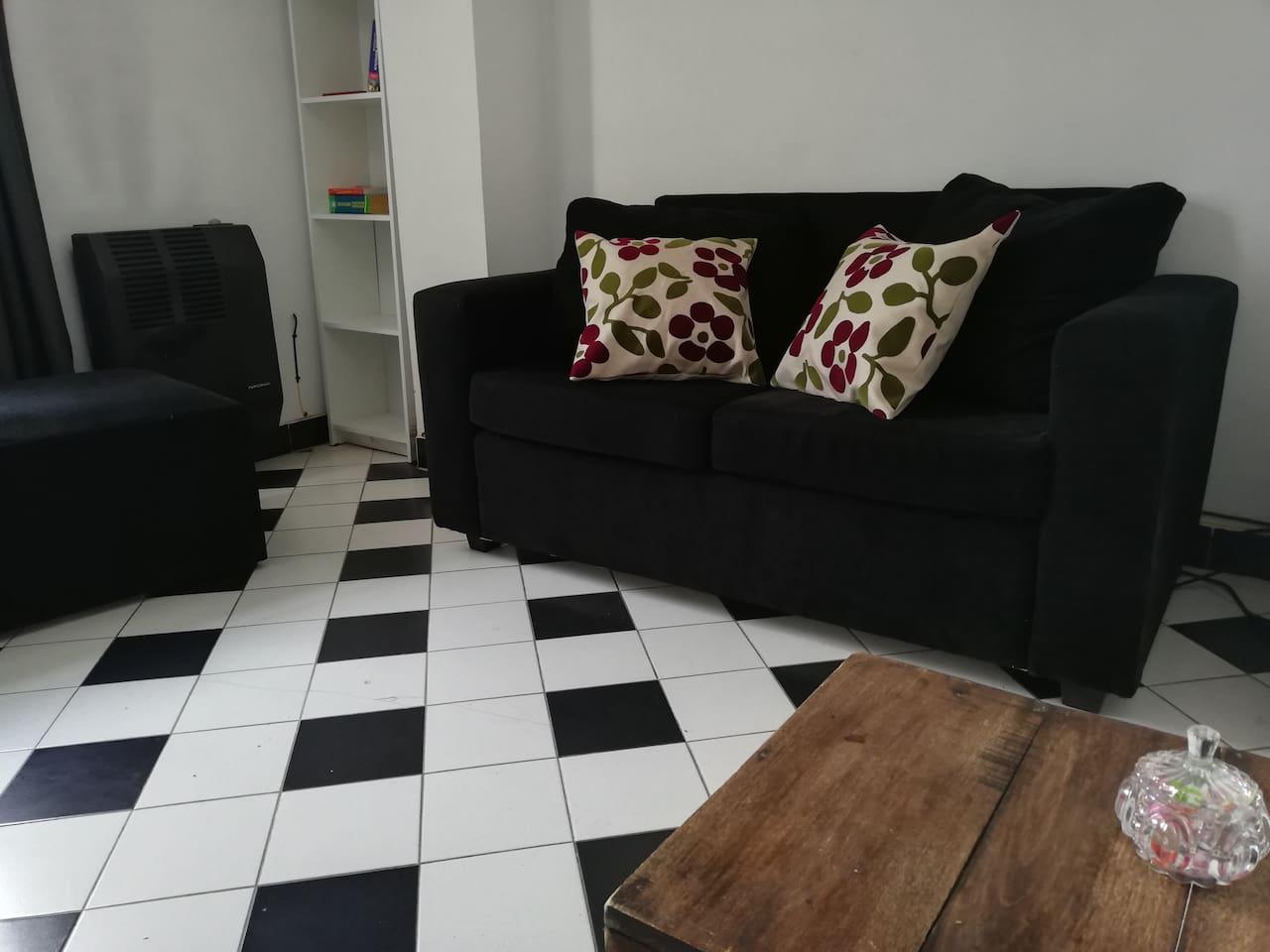 Living con sofá muy cómodo.