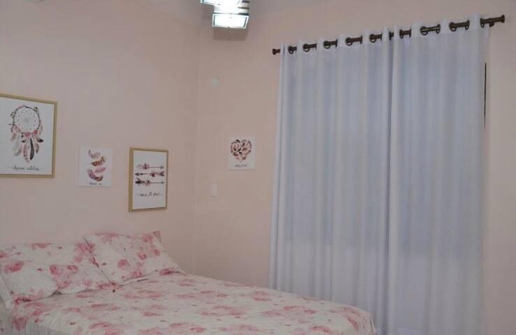 Suíte cama casal, com cama extra, andar térreo, quarto dos sonhos.