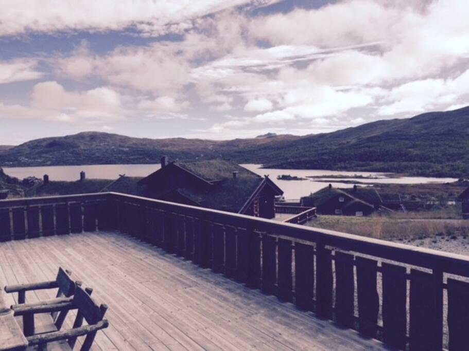 Stor skjermet terrasse med utsikt