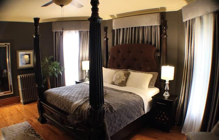 The Country Rose B&B. The Ebony Room.